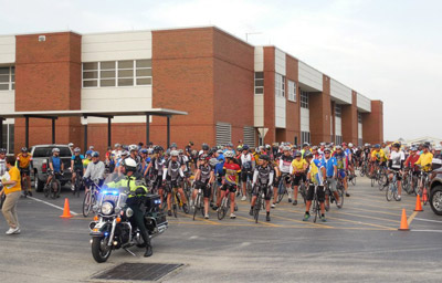 Cyclists-line-up-to-start-t