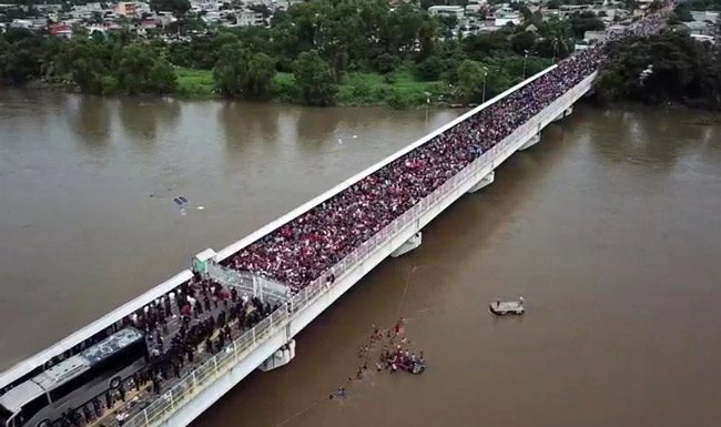 The Roughly 2000 Honduran migrants making their way toward Mexico, on Oct. 21. (biotchy)