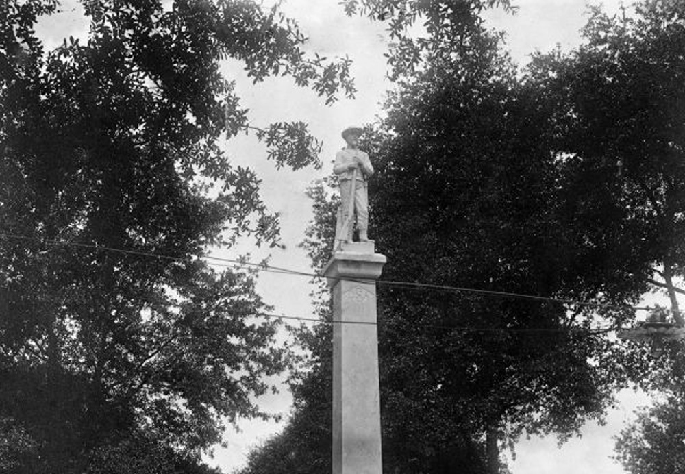 The Confederate monument in Munn Park in Lakeland in a 1915 photo. (Florida Memory)