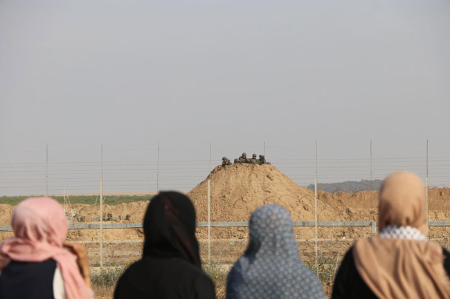 A scene at the Gaza fence east of Gaza City in late April. (Muhammad Sabah, B'Tselem)