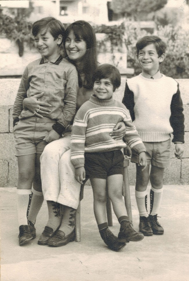 Monique et ses enfants: Gabriel, Pierre et Robert, Beit Mery, 1968. (Fouad Haddad)