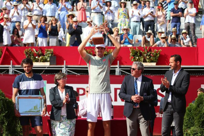 Reily Opelka raising his second trophy, in France, Sunday. ( ATP World Tour).