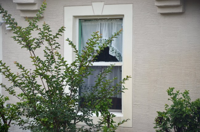 A front window at the house on Ryken Lane where Leonard Lynn was murdered. (© FlaglerLive)